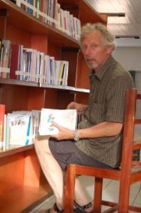 Peter sortiert Bücher ein